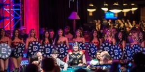 【扑克反水】Chris Hemsworth以Phil Hellmuth的装扮出席电影首映礼
