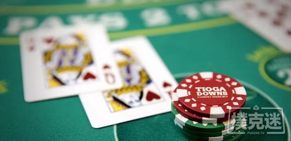 德州扑克中危险面击中暗三,是下注还是过牌?