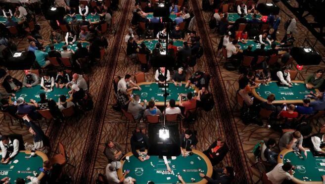 为了在疫情中玩扑克,美国人被迫出国