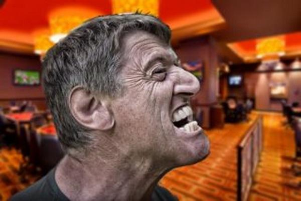 德州扑克玩家在大盲底池赛事中发怒