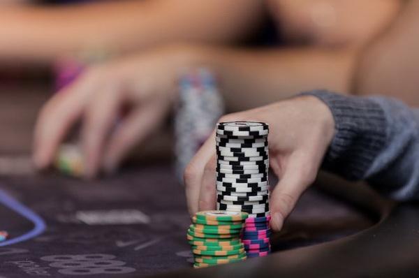 德州扑克中在玩得松的小注额取得最大成功的三个法则