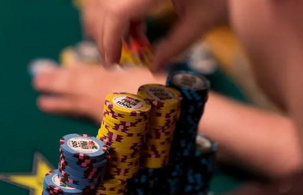 德州扑克Bluff的时候思考下自己的低端范围?