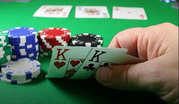 德州扑克如何在盲注位置游戏中小对子?