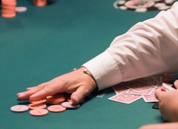 德州扑克牌手在现场慢玩的五个理由